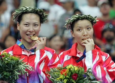 图文:羽毛球女双 张洁雯/杨维品尝金牌的滋味