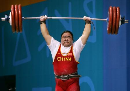 图文:女子举重75公斤以上级 唐功红在比赛中