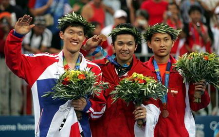 图文:羽毛球男子单打决赛 获奖选手在领奖台上
