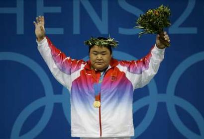 图文:女子举重75公斤比赛 领奖台上的胖姑娘