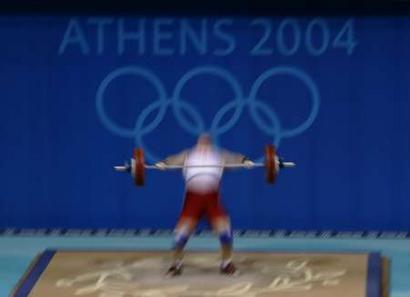 图文:女子举重75公斤比赛 波兰选手抓举