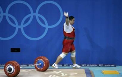 图文:女子举重75公斤级比赛 唐功红招手致意