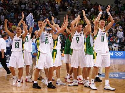 图文:男篮梦六VS立陶宛 立陶宛球员庆祝胜利