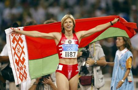图文:女子百米决赛 内斯特伦科身披国旗