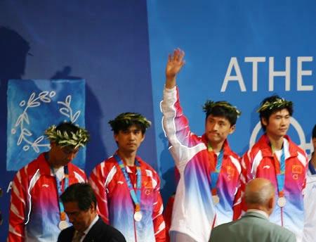 图文:直击雅典击剑赛场 中国选手登台领奖