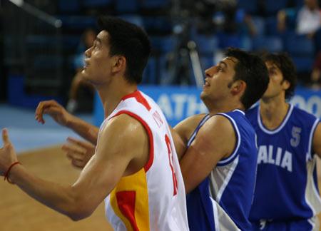 图文:中国男篮52-89惨败意大利