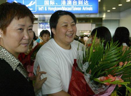 图文:中国柔道队载誉回国