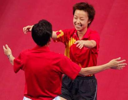 图文:乒球女单决赛张怡宁夺冠 与教练庆祝