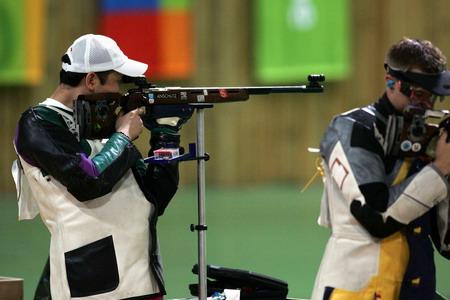 图文:男子50米步枪3x40决赛 贾占波在比赛中