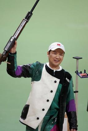 图文:50米步枪3x40决赛 贾占波举枪庆祝胜利