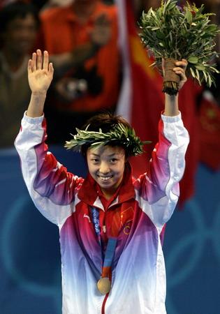 图文:兵乓球女单决赛 张怡宁在领奖台上