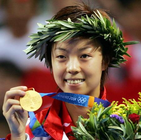 图文:兵乓球女单决赛 张怡宁展示金牌