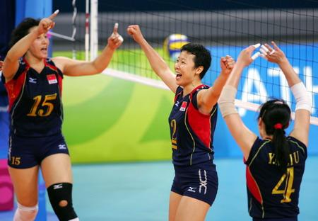 图文:女排小组赛最后一轮 女排姑娘庆祝胜利