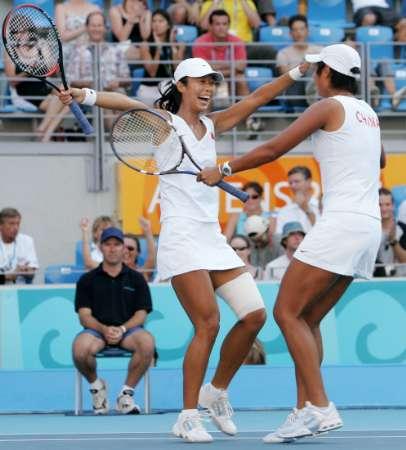 图文:网球女子双打决赛 孙甜甜李婷欢呼胜利