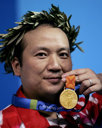 图文:男子50米步枪3x40米决赛 贾占波展示金牌