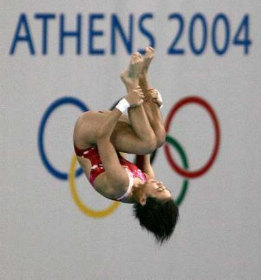 图文:劳丽诗获女子10米跳台银牌 在比赛中