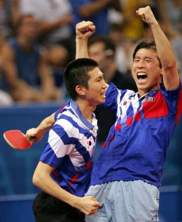 图文:乒球男单柳承敏夺金 狂喜的金泽珠