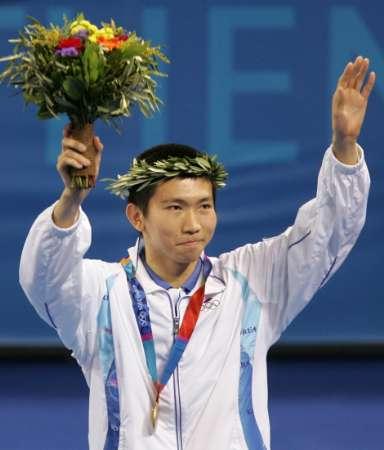 图文:乒球男单柳承敏夺金 站在颁奖台上