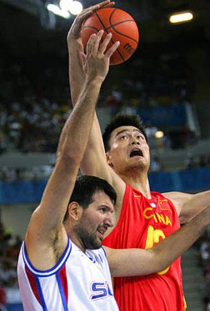 图文:中国男篮生死战 姚明拼抢篮板