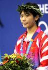 图文:女子10米跳台决赛 劳丽诗在颁奖仪式上
