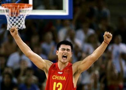 图文:中国男篮打赢生死战 怒吼的姚明