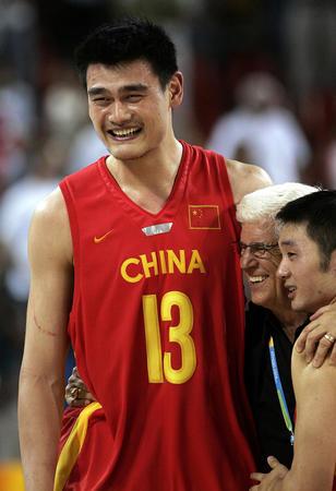 图文:中国男篮险胜塞黑 姚明笑了