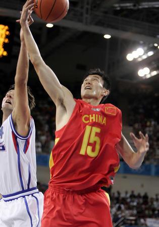 图文:中国男篮险胜塞黑 飞身上篮