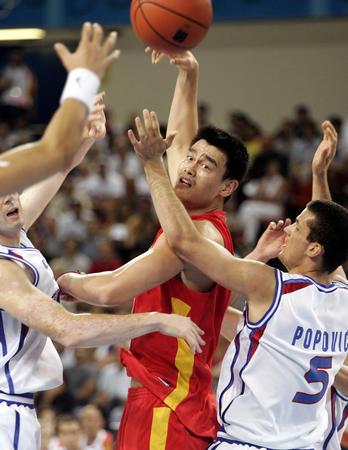 图文:中国男篮险胜塞黑 姚明传球