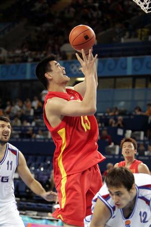 图文:中国男篮险胜塞黑 姚明上篮