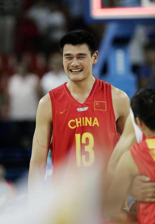 图文:中国男篮险胜塞黑 小巨人终于笑了