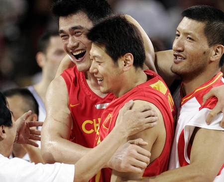 图文:中国男篮险胜塞黑 欢庆胜利