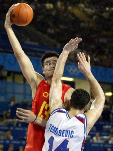图文:男篮险胜晋级八强 姚明单打对手