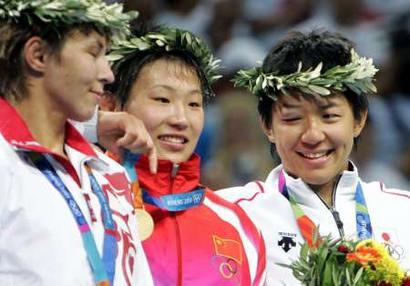 图文:女子摔跤72公斤决赛 日本选手窥视金牌