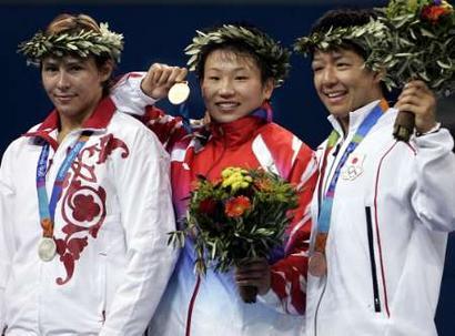 图文:女子摔跤72公斤决赛 王旭登上颁奖台