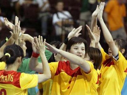 图文:中国女手力克巴西队 队员们欢庆胜利