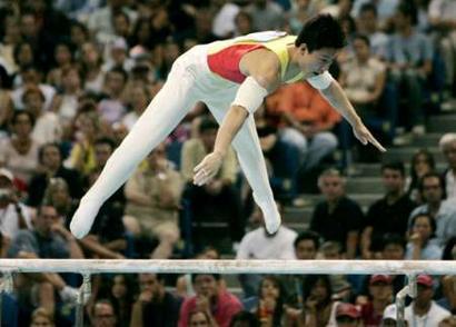 图文:男子体操双杠决赛 李小鹏夺得铜牌