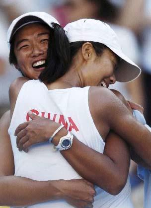 图文:孙甜甜李婷夺取女子网球双打冠军