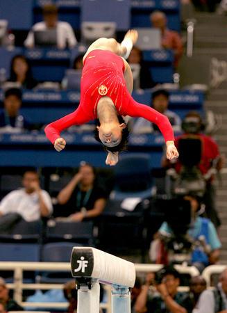 图文:奥运女子平衡木决赛 张楠在比赛中