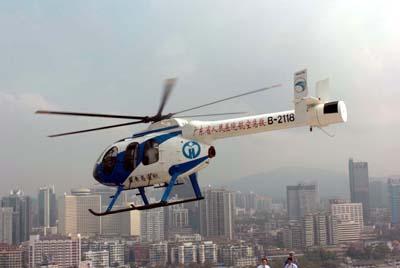 md600n型直升机从广东省人民医院主体楼顶层的停机坪上起飞.