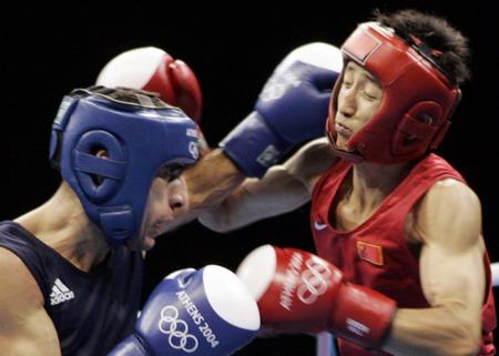 图文:拳击48公斤级 邹市明在比赛中