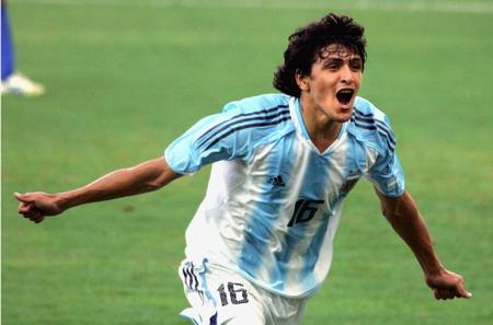 图文:足球半决赛 阿根廷的冈萨雷斯进球后庆祝