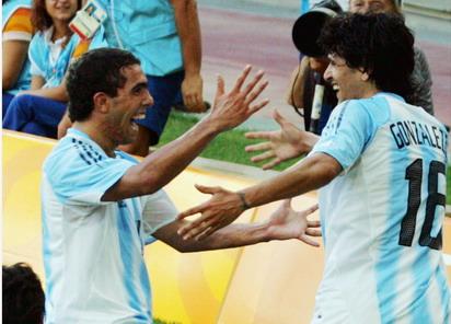 图文:足球半决赛 冈萨雷斯和特维斯庆祝进球