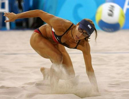 图文:女子沙滩排球 眼看对方的来球