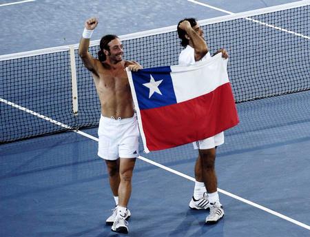 图文:智利选手获网球男双冠军