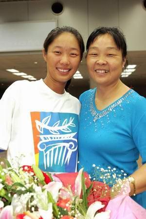图文:奥运冠军载誉回京 孙甜甜和母亲