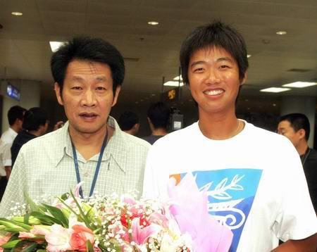 图文:奥运冠军载誉回京 李婷和父亲走出机场