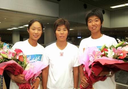 图文:奥运冠军回京 李婷与孙甜甜和教练合影