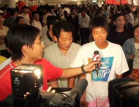 图文:奥运冠军载誉回京 李婷接受记者采访