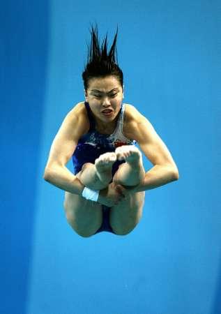 图文:女子三米板预赛 吴敏霞在表演