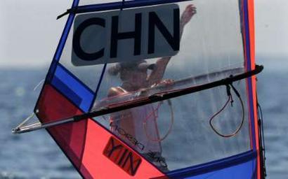 图文:女子帆板米斯特拉级决赛 殷剑在比赛中